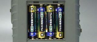 単三乾電池4本で4時間の長時間駆動を実現