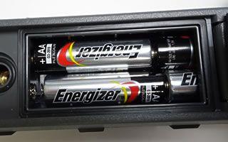 単三乾電池2本で4時間の長時間駆動を実現